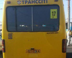 На Киевщине водитель маршрутки попал в скандал со школьниками