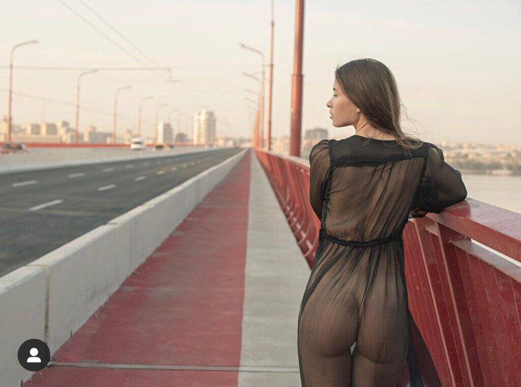 Модель разделась на Новом мосту
