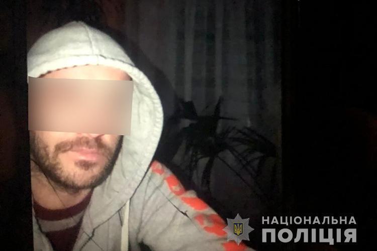 Затриманий чоловік, який наніс ножові поранення 18-річній дівчині