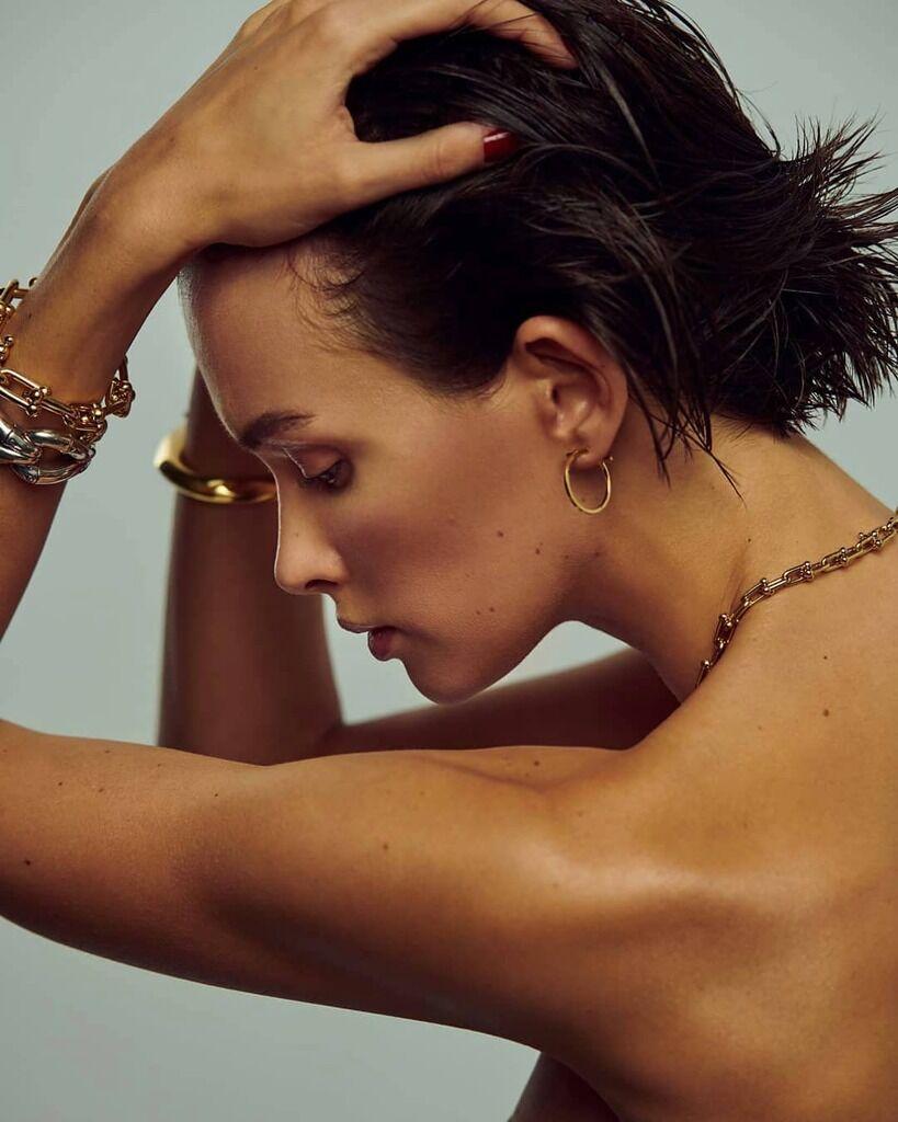 Паулина Андреева с голыми плечами