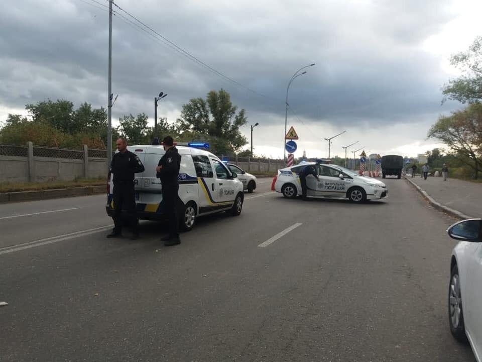 Угрожает взорвать мост: в Киеве из-за стрелка парализовано движение