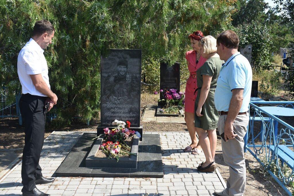 Дмитро Кириллов під час покладання квітів на могили захисників України