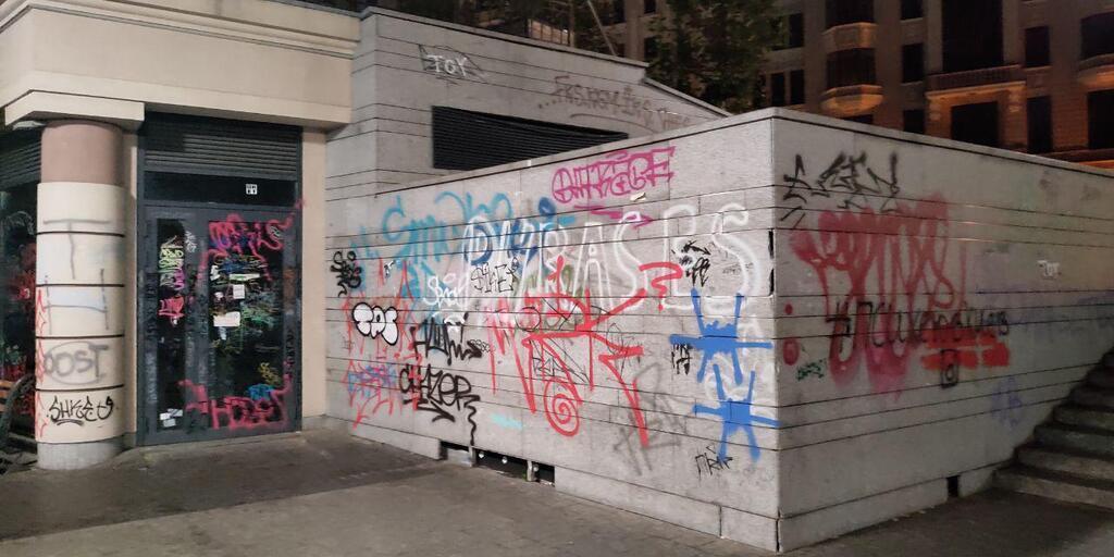 Они закрасили окна, стены и фасады зданий, а также клумбы на Почтовой площади