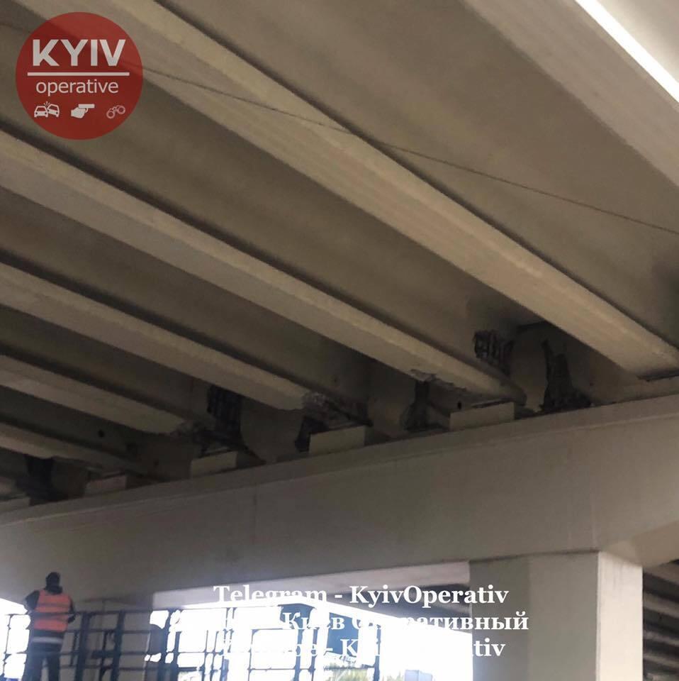 У Києві почав обвалюватися відремонтований міст