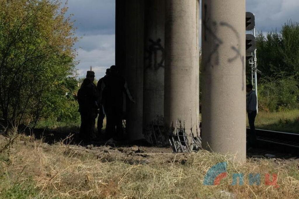 Пошкоджені опори мосту у Луганську