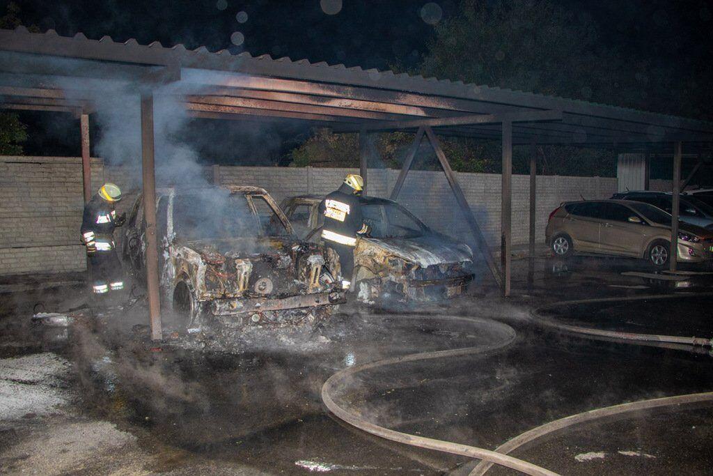У Дніпрі згоріли автомобілі на стоянці: фото