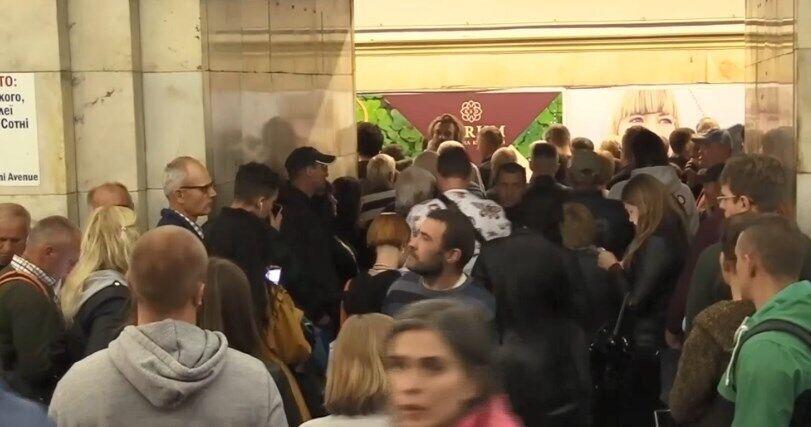 Люди шикувалися в чергу до потягів метро