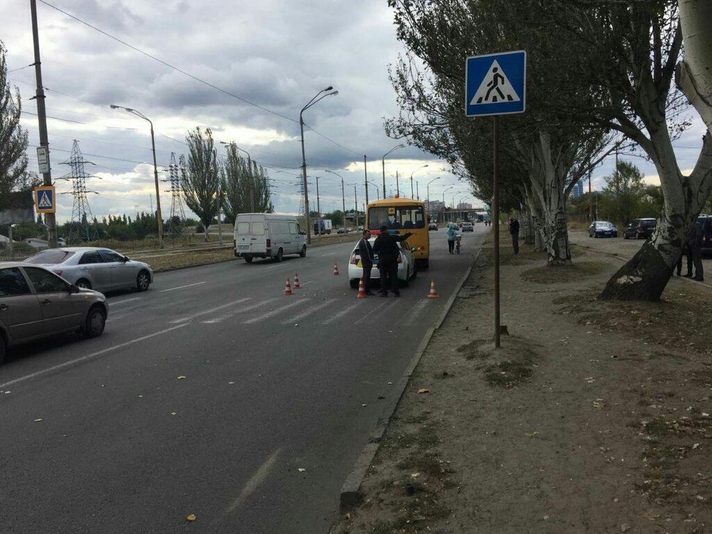 В Днепре школьный автобус сбил мужчину