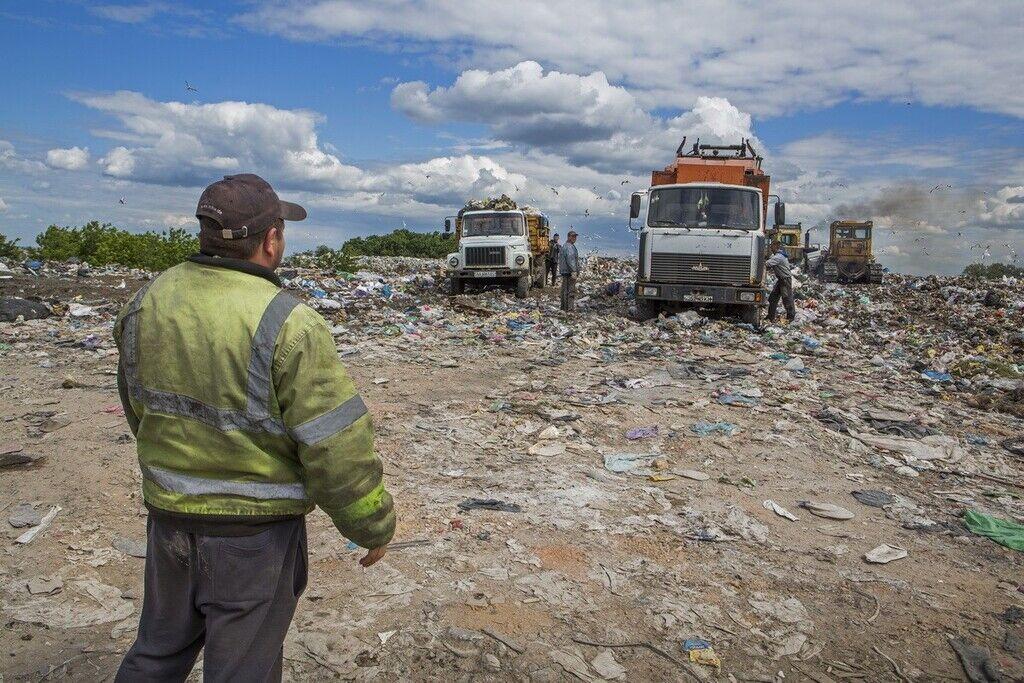 Процес скидання сміття на полігоні для відходів