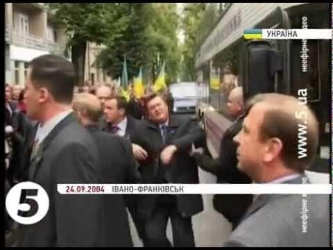 В Януковича кинули яйцом