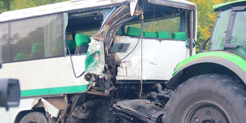 Автобус після аварії евакуювали