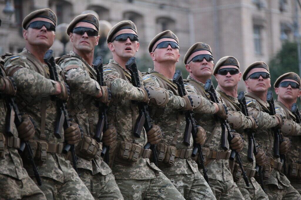 """Зараз """"мінімалка"""" для контрактників ЗСУ встановлена в розмірі 10 тисяч гривень, плюс надбавки за службу в зоні бойових дій"""