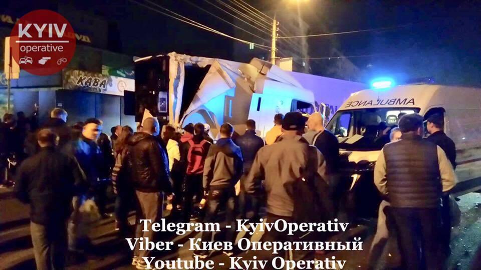 В Киеве фура протаранила остановку