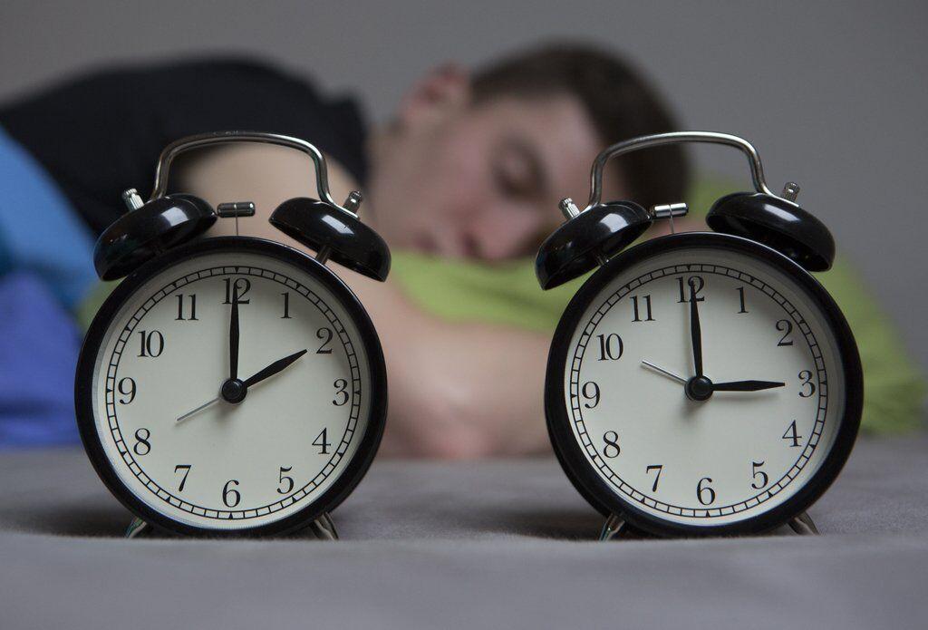 Перевод часов отменят? Как перейти на зимнее время и что ожидает украинцев