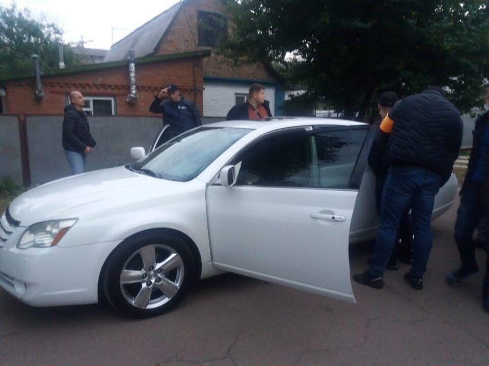 Поліцейські вимагали у людини 20 тисяч гривень