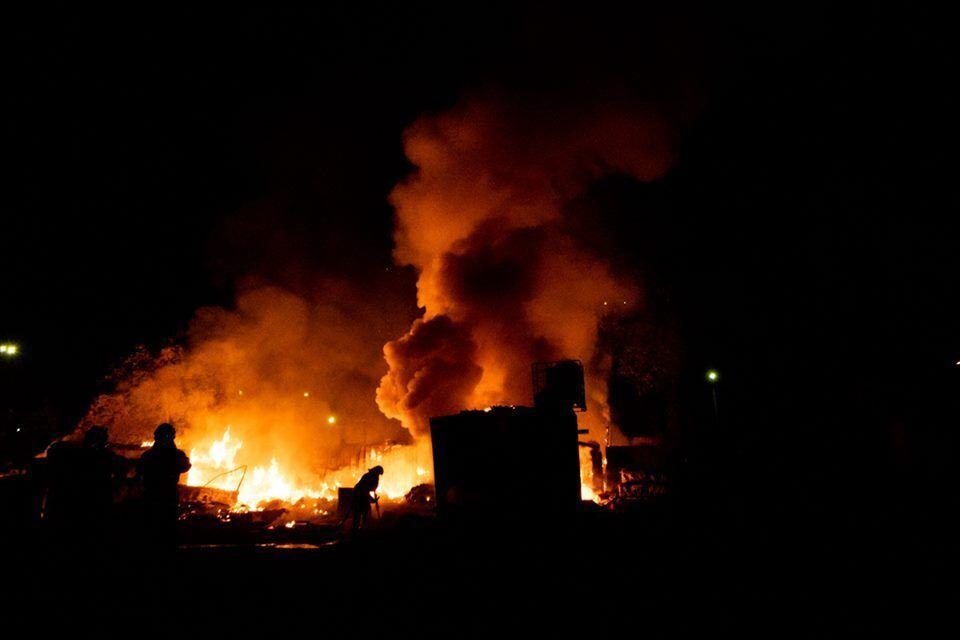 У Голосіївському районі Києва, на вулиці Промислова, 4, спалахнула масштабна пожежа