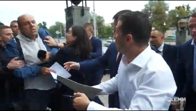 Мендель толкнула журналиста
