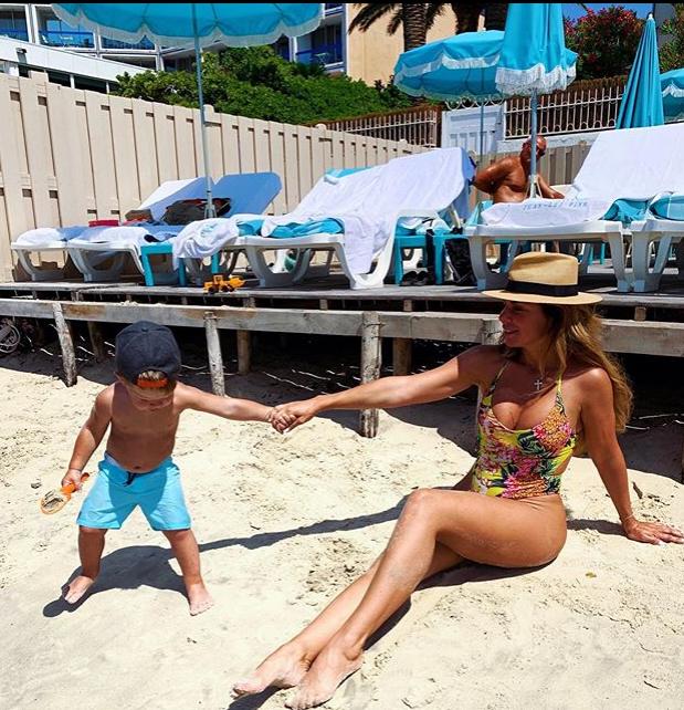 Сєдокова із сином на пляжі