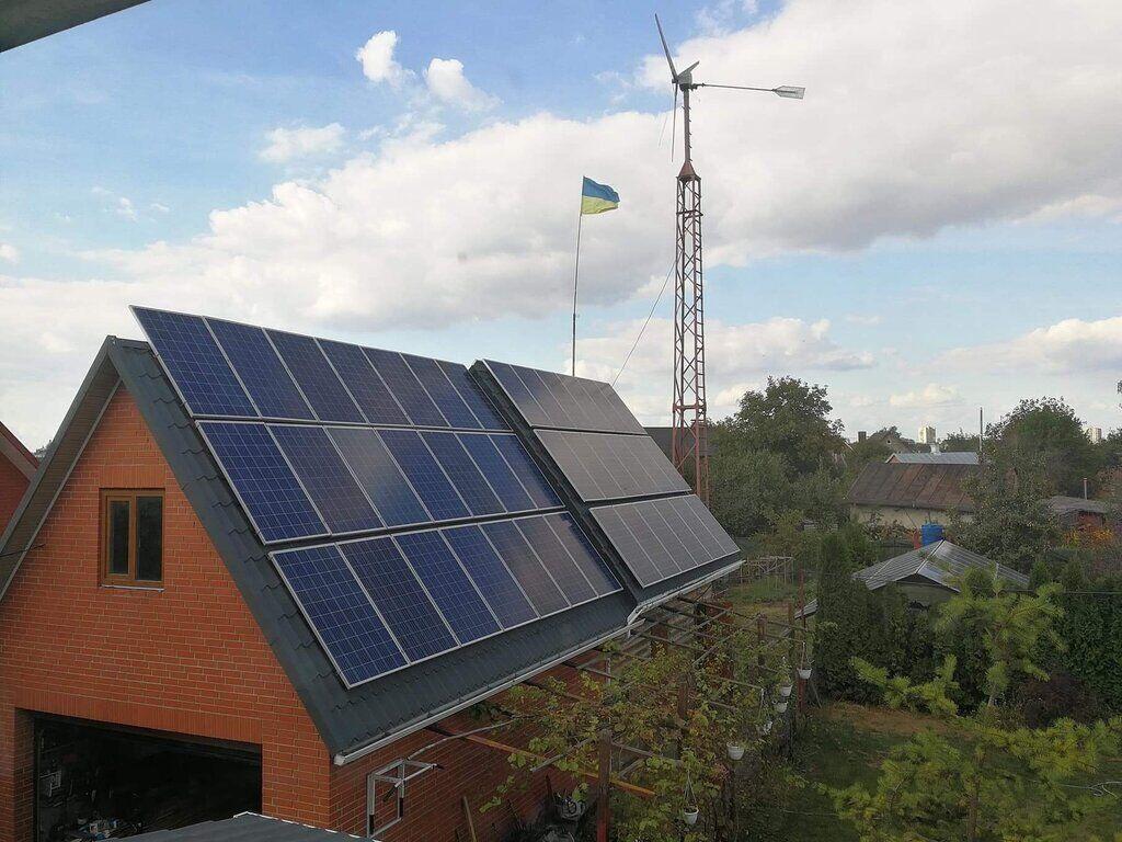Сонячні панелі на даху будинку Олександра