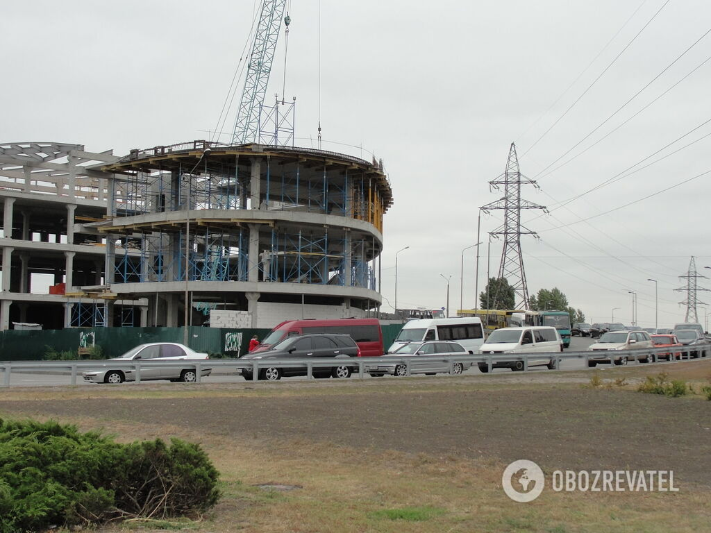 В результаті забудови з'їзд з вул. Ревуцького на пр. Бажана перетворився в суцільну парковку. Через це відбуваються затори