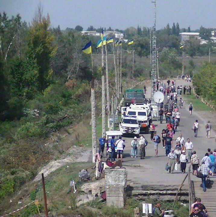 Україна вивісила свої прапори на мосту в Станиці