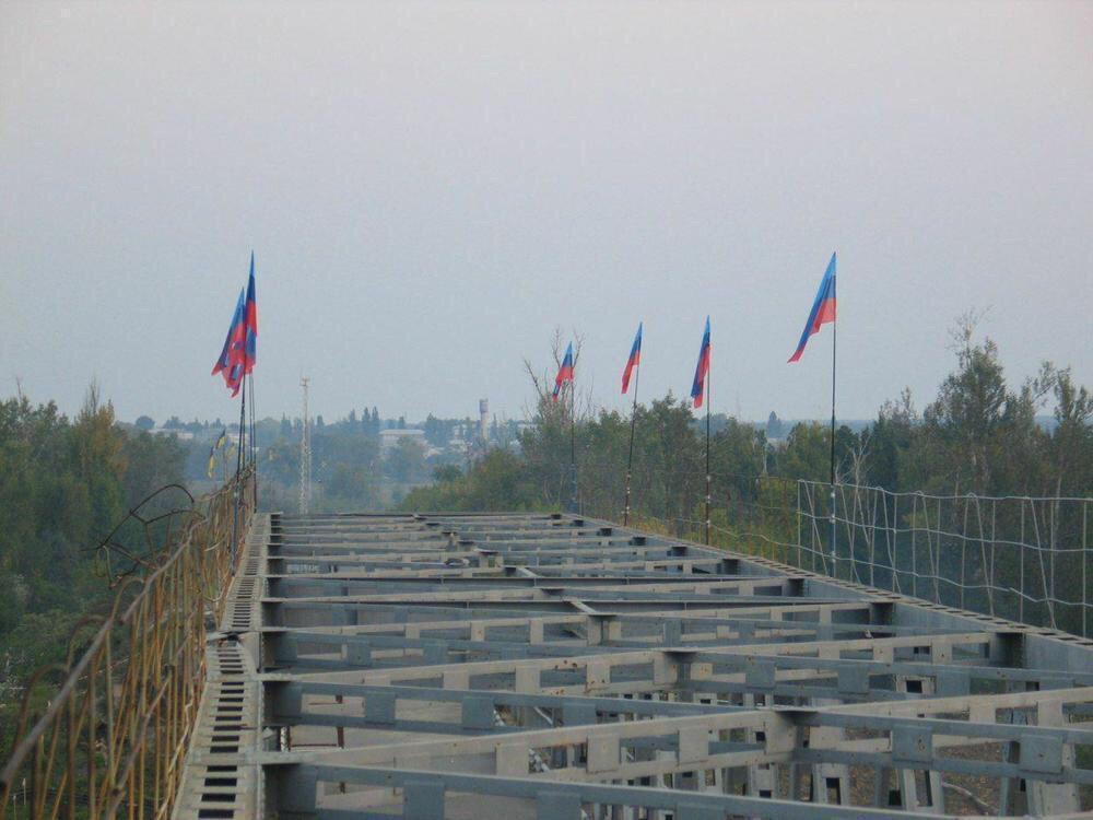 """Терористи підняли на мосту прапори """"ЛНР"""""""