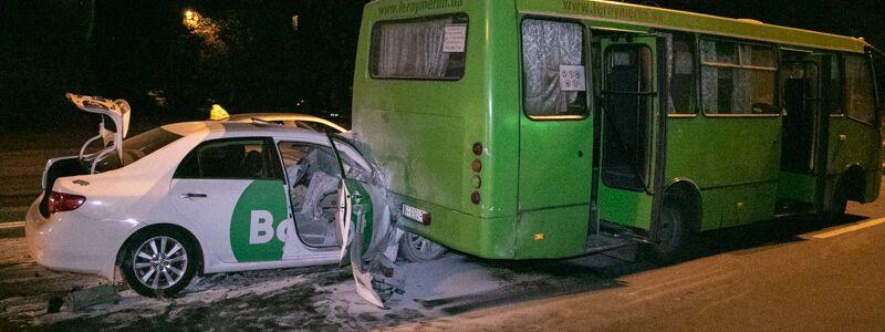 У Києві два легковики протаранили автобус