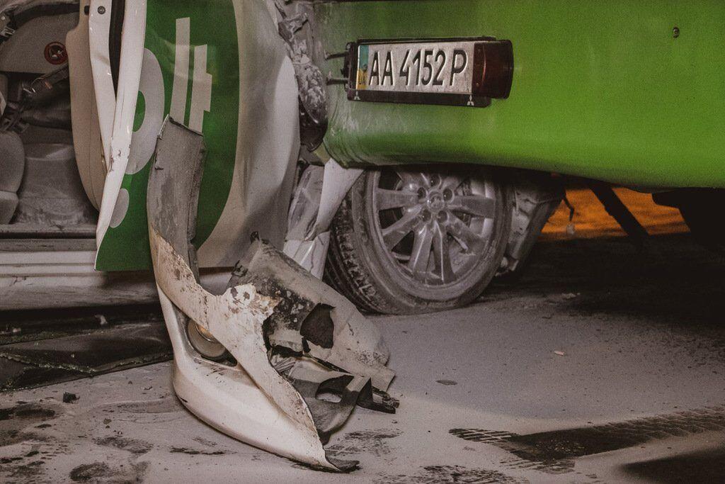 Люди спробували самостійно загасити палаючий автомобіль