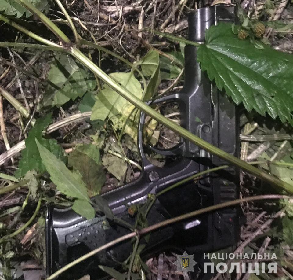 Пістолет, з якого чоловік вистрілив у родича