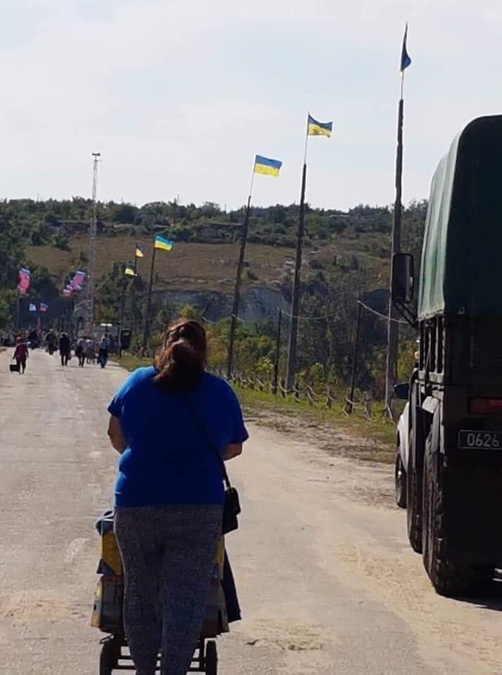 В Станиці Луганській змусили зняти українські прапори: люди обурені