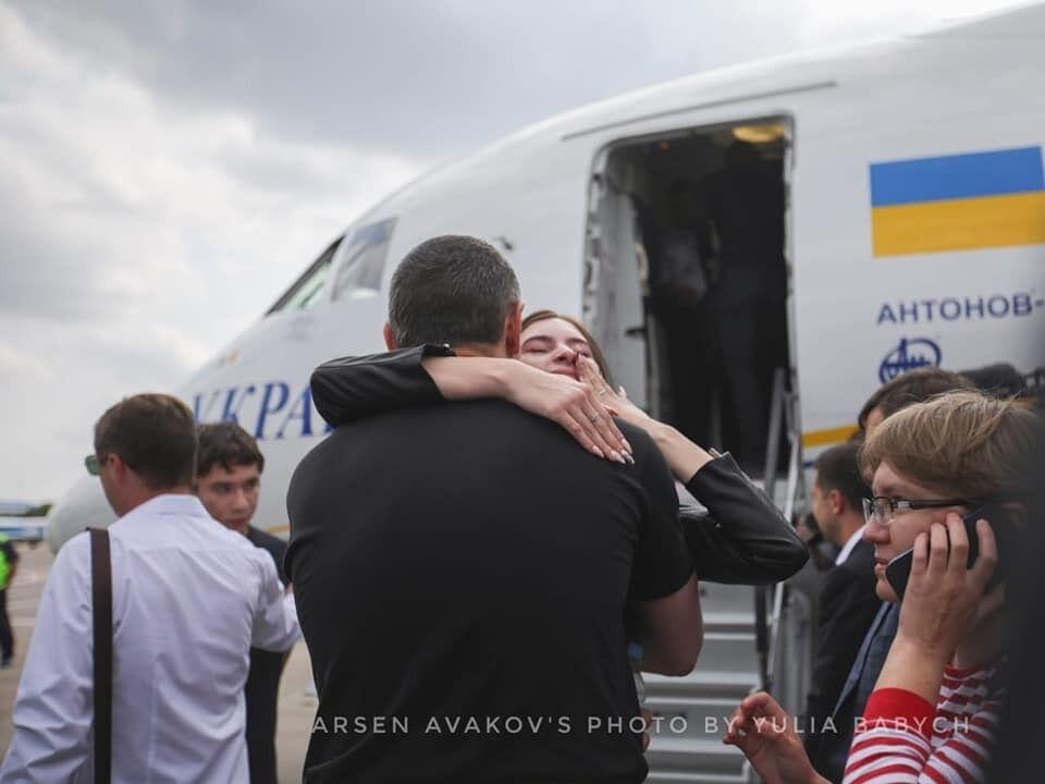 Сльози, обійми і гордість: як зустріли в'язнів Кремля в Україні