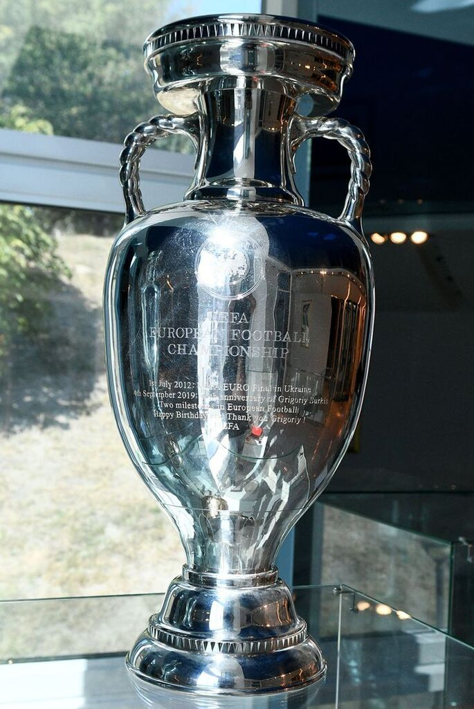 Григорию Суркису вручен Кубок Европы