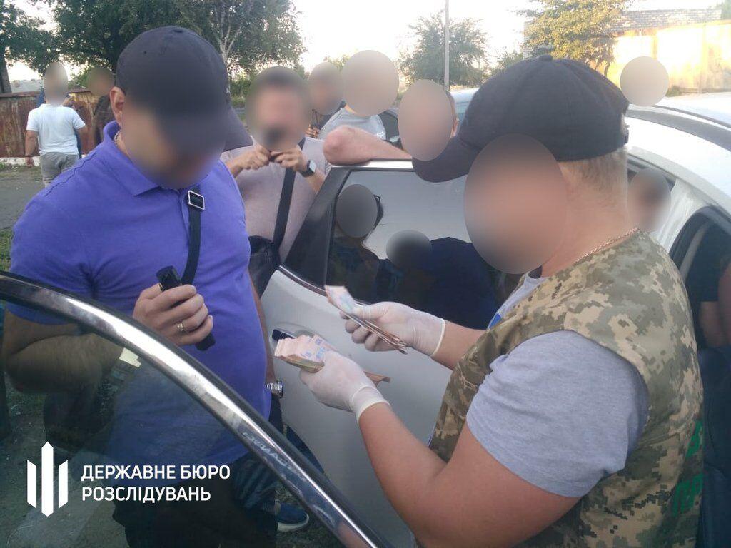 Заробляв на бійцях: на Донбасі впіймали на хабарі підполковника