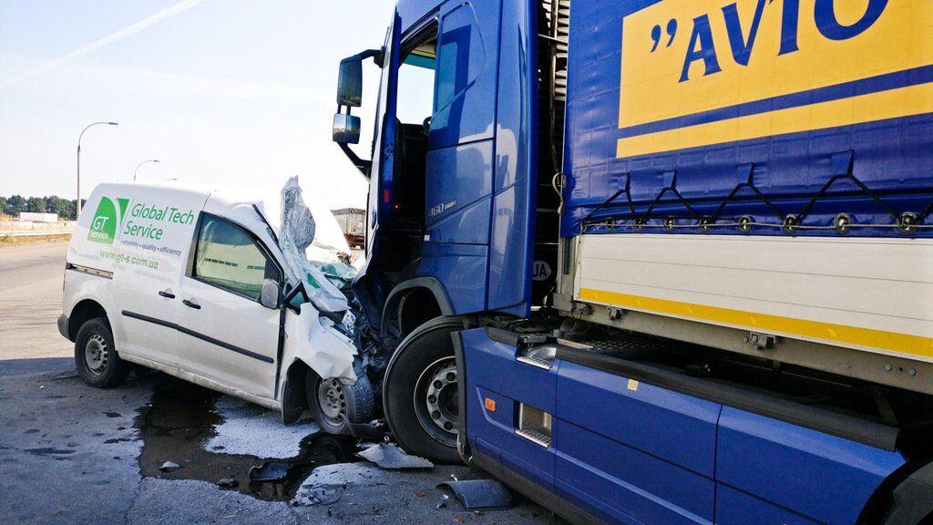 У вантажівку Volvo влетів автомобіль Volkswagen
