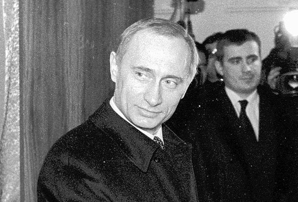 Голова Уряду Росії Володимир Путін під час голосування на виборах. Фото Геннадій Черкасов. 1996 р.