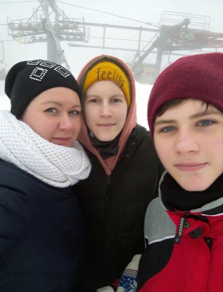 Кирилл Трофимчук (справа) с мамой и братом Ильей