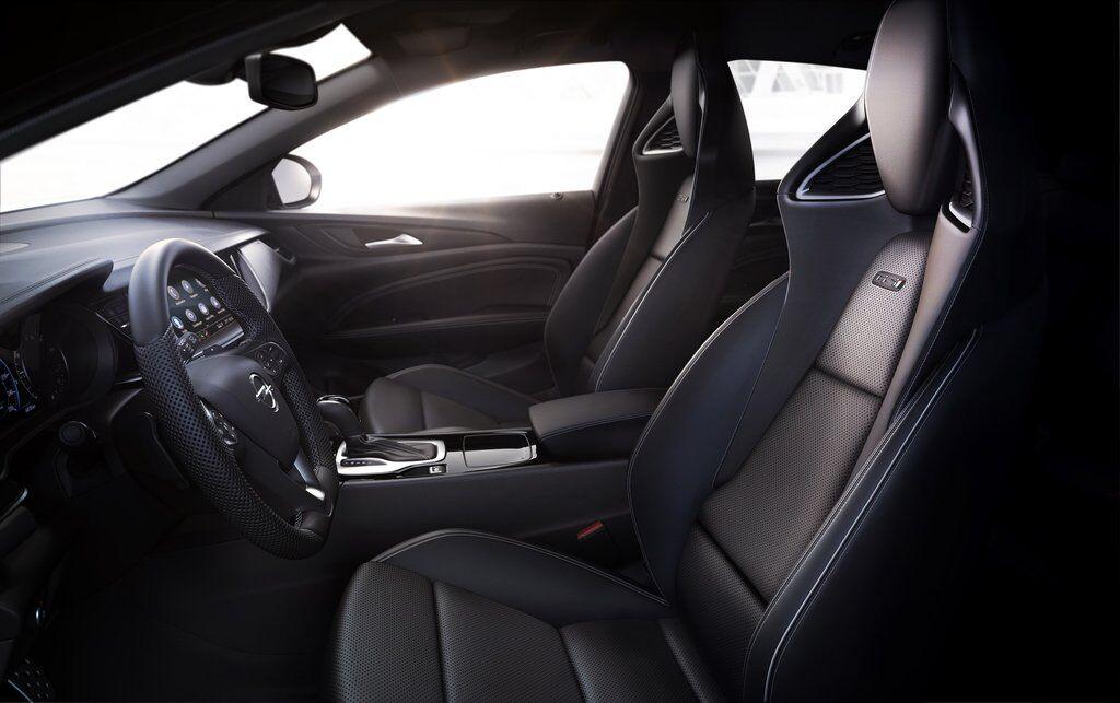 """В салоне Opel Insignia GSi 2020 установлены спортивные """"ковши"""" с развитой боковой поддержкой"""