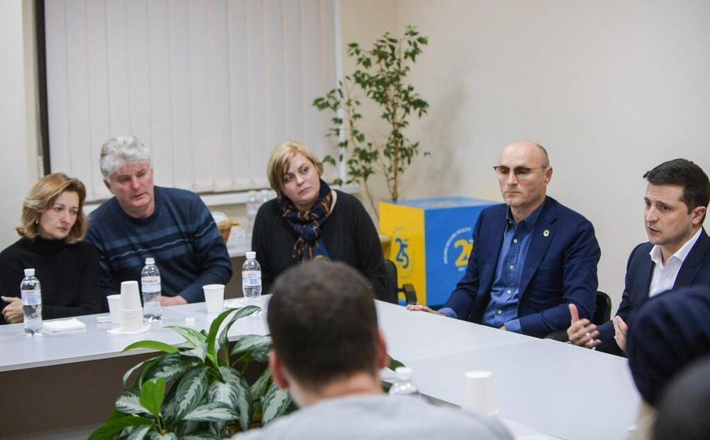 Зеленский публиковал фото со встречи с родственниками погибших украинцев
