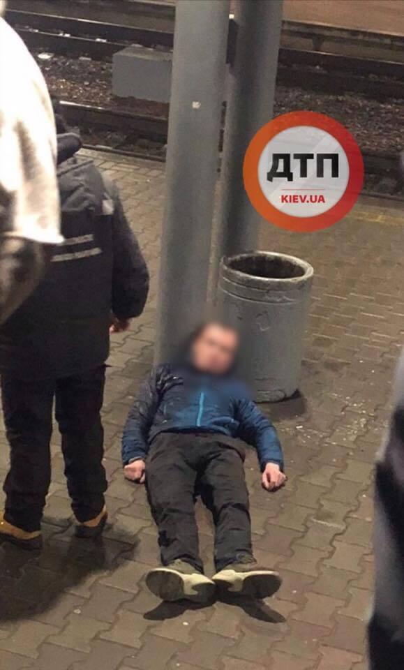 В Киеве на вокзале вспыхнул громкий скандал с сотрудниками железной дороги из-за мужчины, которому стало плохо