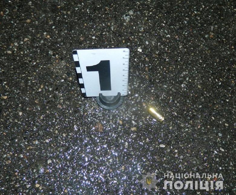 У Києві біля супермаркету відкрили стрілянину