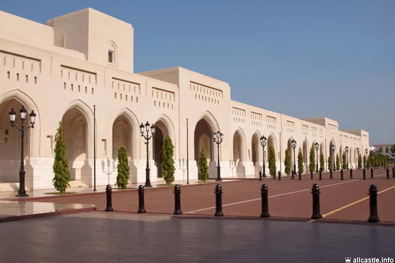 Біля палацу Аль-Алам в Маскаті