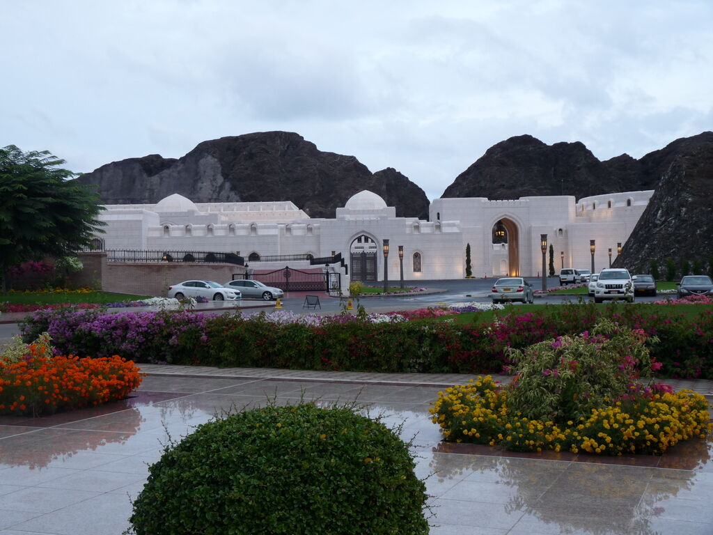 Біля палацу Аль-Алам