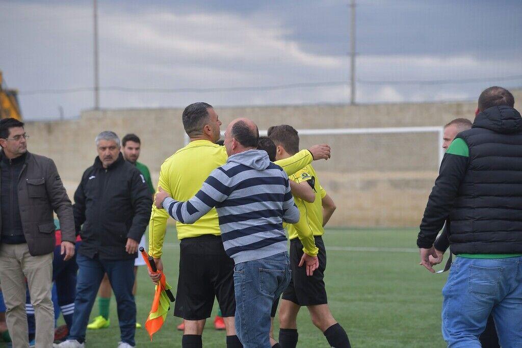 Футболист обиделся на карточку и отправил арбитра в нокаут