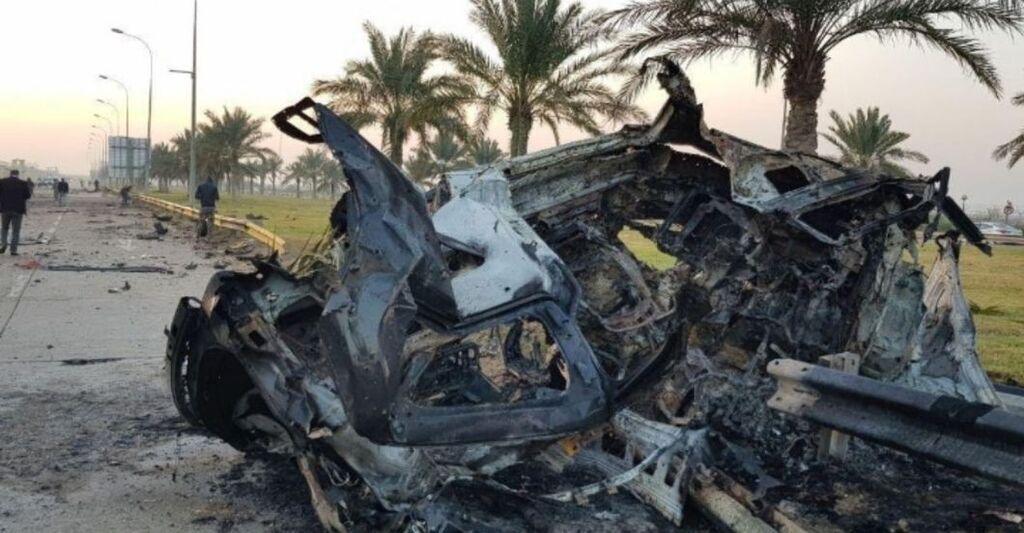 Взорванный в результате атаки американского дрона автомобиль кортежа, в котором ехал иранский генерал Касем Сулеймани