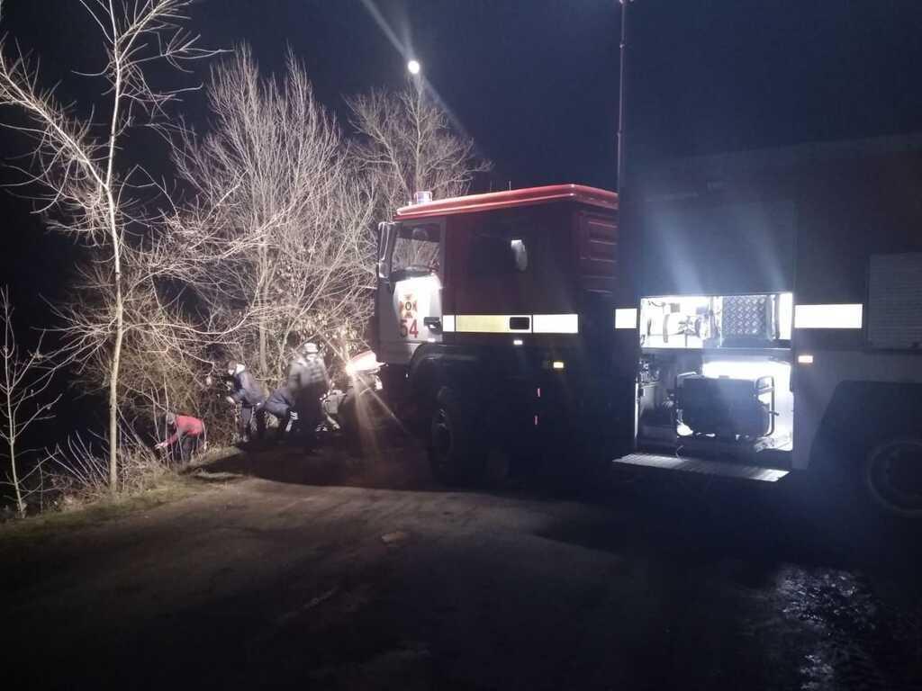 Под Днепром автомобиль сорвался в пруд