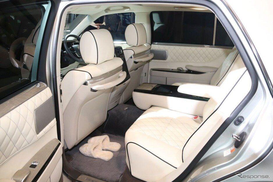 Задние пассажиры окутаны роскошью. Но все это есть и в стандартной Toyota Century