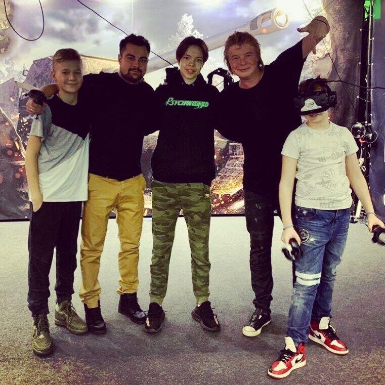 Андрей Григорьев-Апполонов с детьми (на фото возле него)