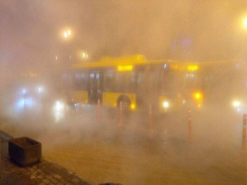 У Києві прорвало тепломережу біля Ocean Plaza