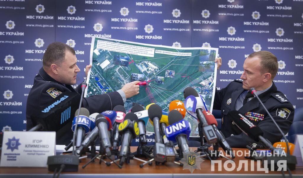 Полицейские показывают карту, где произошло преступление