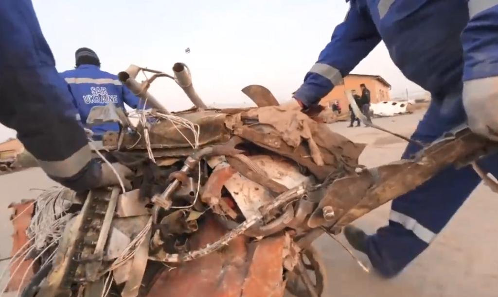 Спасатели разбирают обломки самолета МАУ